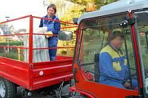 První pytel s rostlinným odpadem v pondělí po ránu naložil na valník Zdeněk Rambousek u rodinného domu před Obecním úřadem v Malých Žernosekách.