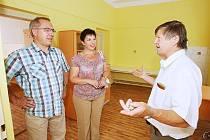LOVOSICKÉHO lékaře Jiřího Kožíška v Třebívlicích uvítal dětský sbor a několik pacientů i s rodiči. Ordinovat bude v budově na hlavní třídě v opravených prostorách.