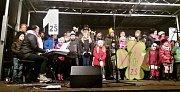 Na lovosickém Václavském náměstí se sešlo na 600 lidí. Z MŠ Sady pionýrů, MŠ Terezínská, ZŠ A. Baráka, MŠ Resslova, ZŠ Sady pionýrů, ZŠ Všehrdova, sbory gymnázia Lovosice, lovosický chrámový sbor, country skupina Karavana a široká veřejnost.