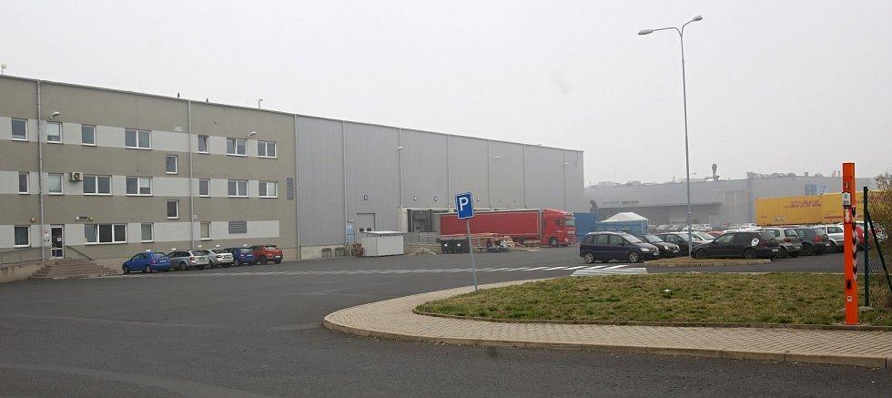 Pohled na skladovací halu, kde celní úřad zabavil zásilku ochranných roušek a respirátorů.
