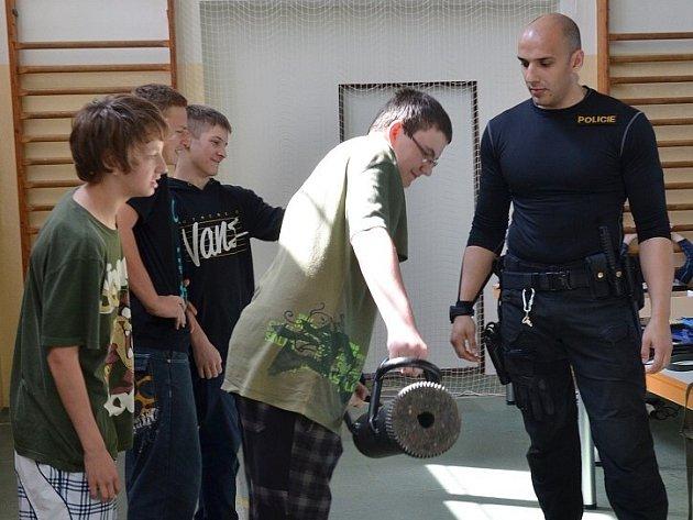 Ukázky policejní práce a prevence zaujaly žáky ze základní školy Antonína Baráka v Lovosicích.
