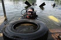 Akce potápěčů na píšťanské pískovně