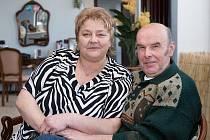 ZE ŽATCE dorazila v sobotu Miluše Antošová do Salonu Elisabeth v Čížkovicích, aby se zde nechala připravit na oslavu rubínové svatby, kterou si nyní připomíná společně s manželem Janem.
