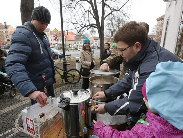 Podávání rybí polévky v Roudnici nad Labem.