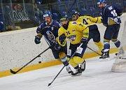 Chance liga: Ústí nad Labem - Kladno 2:3. Jiří Říha (vlevo) pronásleduje Romana Chloubu