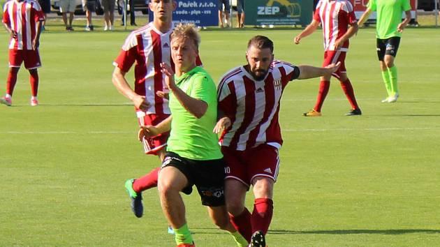 Třetiligový nováček z Brozan (v červenobílém) nestačil ve druhém kole poháru na druholigovou Viktorii Žižkov, které doma podlehl 0:4.
