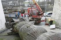 Stěhování dřevěné skulptury.