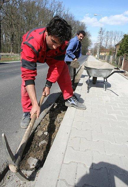 NA CHODNÍKU ve Slánské ulici již probíhají pouze dokončovací práce. Využívají jej denně zdejší obyvatelé i občané Roudníčku a Kostelce nad Ohří. Jejich cesta do Budyně nad Ohří je nyní bezpečnější.