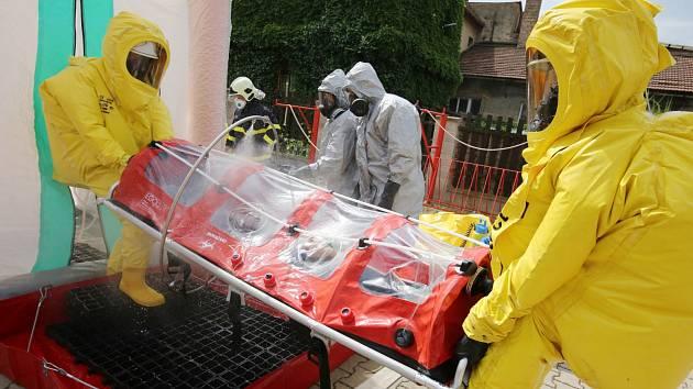 Hasiči, záchranáři a policisté cvičili v Křešicích kontakt s nakaženým smrtelnou ebolou