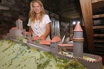 MODEL ukazuje kastelánka hradu Miriam Němcová. Maketa je umístěna v Bílé věži.