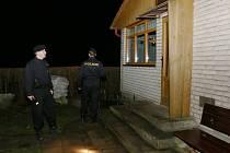 POLICISTÉ vyrážejí častěji do chatových osad. Například během víkendu hlídkovali v noci v okolí chat na Libochovicku. Žádného zloděje při činu nepřistihli.