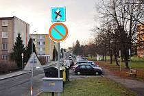 Parkovat v Družstevní ulici je kvůli obousměrnému provozu možno již jen po jedné straně.