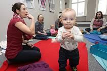 Lektorka učí rodiče s miminky komunikovat znakově.