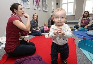 Maminky se učí dorozumět s miminky znakově