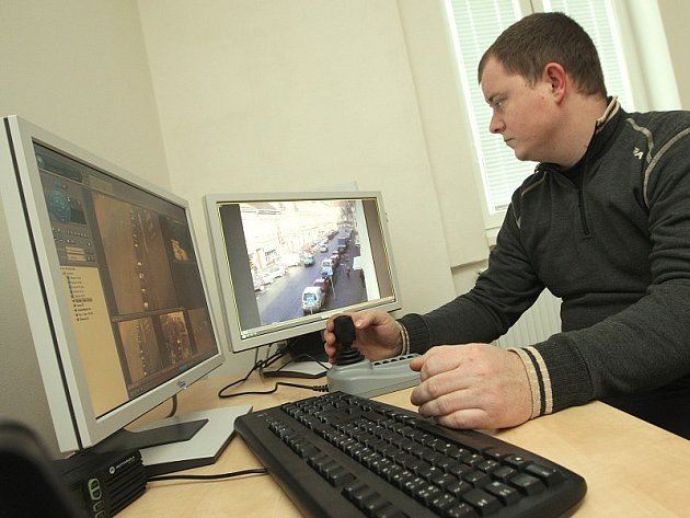 KAMEROVÝ DOHLED.  Jeden z lovosických strážníků sleduje na monitorech dění v ulicích.