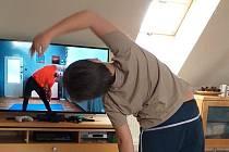 Děti, které se do aktivity zapojují ze svých domovů, nepotřebují žádné speciální vybavení. Plně jim postačí cvičící podložka nebo i obyčejný ručník či deka