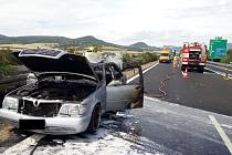 Požár auta na dálnici D8 u Sulejovic