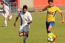 Starší žáci SK Roudnice U15 (v bílém) podlehli v semifinále poháru výběru FK Teplice 0:7.