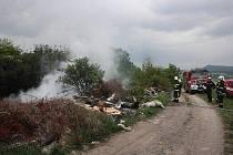Požár černé skládky u Trnovan.