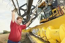 KONEC SKLIZNĚ. Zemědělci na Litoměřicku dokončují sklizeň obilovin. Úr.odu označují někteří z nich za nejlepší v historii. Na snímku je pracovník klapského zemědělského družstva Miloš Holub.