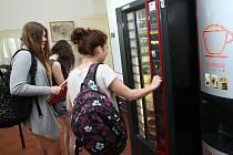 Z AUTOMATŮ ve školách zmizí některé produkty. Například slazené nápoje, bagety nebo cukrovinky.