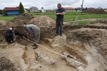 V Hrobcích našli tři kostry