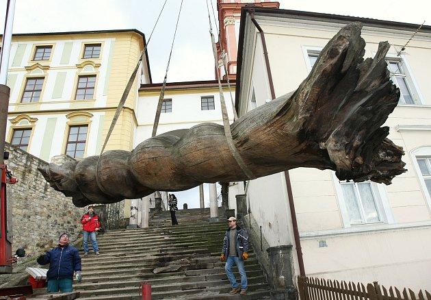 Dřevěná skulptura, která byla vbřeznu 2010odstraněna zJezuitských schodů vLitoměřicích nakonec skončila na soukromém pozemku místní firmy.