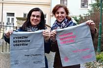 """Miroslava Jirků a Tereza Kalinová rozdávaly látkové tašky účastníkům dobrovolné akce """"Ukliďme Litoměřice""""."""