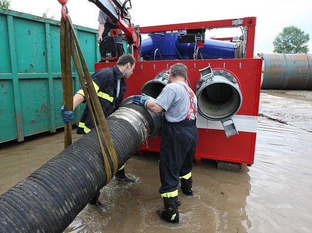 Obrovské velkokapacitní čerpadlo české výroby nasadili do akce litoměřičtí hasiči.
