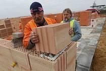 PRO STANICI Zdravotnické záchranné služby u letiště v Roudnici nad Labem se již rýsuje hrubá stavba. Archeologové tuší, že by mohly následovat nálezy i pod budoucím parkovištěm.