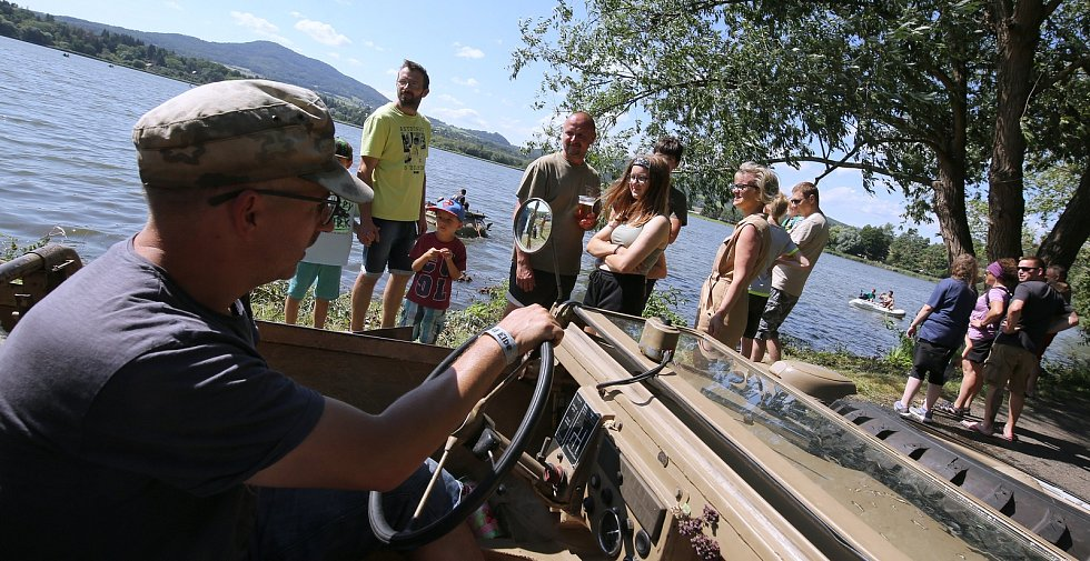 V Úštěku si daly opět po roce dostaveníčko vojenské historické techniky. Po jezeru se proháněla obojživelná vozidla a na souši to byla vozidla z válečné doby, ale i z doby před revolucí.