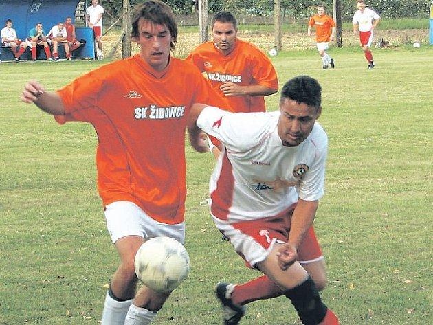 KLIDNÝ STŘED. Ve středu tabulky se pohybují fotbalisté SK Židovice (vlevo) a Sokola Dušníky/Přestavlky. Dušničtí mají dokonce nejpevnější obranu v soutěži.