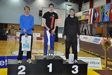 NEJLEPŠÍ. Tři nejlepší skokani B závodu mužů v Hustopečích. Šutera z  Dukly, lovosický Sommerschuh a třetí Slovák Bubeník.