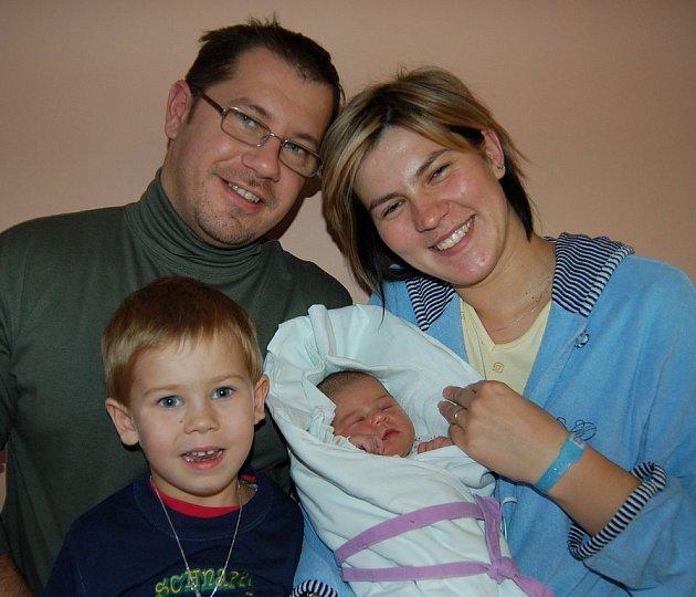 Andree Vondráčkové ze Slatiny se v litoměřické porodnici 21. října v 11.08 hodin narodila dcera Amálka. Měřila 51 cm a vážila 3,59 kg. Na snímku i s otcem Radkem a bráškou Kryštofem. Blahopřejeme!