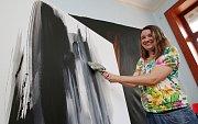 Nejnovější abstraktní akryly na plátně vystaví od přespříštího týdne ve vodním hradu v Budyni n. O. Mariana Alasseur – Látalová.