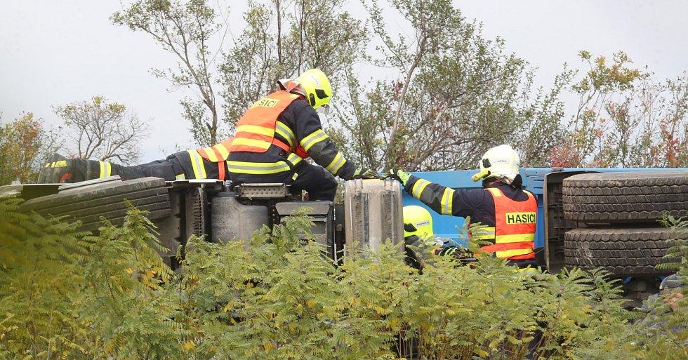 Kamion se převrátil na 40. kilometru dálnice D8 ve směru na Ústí nad Labem