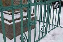 Třebeničtí opravili zábradlí u morového sloupu na náměstí.