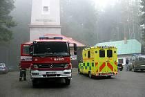 Krátce před třináctou hodinou se do lesa poblíž rozhledny Javorník zřítilo malé dopravní letadlo. Na palubě byli dva lidé, muž a žena. Muž podlehl zraněním na místě, ženu letečtí záchranáři transportovali na ARO českobudějovické nemocnice.