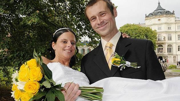 V zámeckém parku v Ploskovicích se vyfotografovali novomanželé Škopánovi z Lovosic. Ti zde byli letos posledním párem, který tu měl svatební obřad.