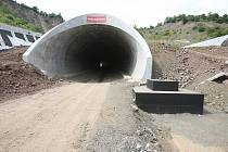 Stavba dálnice D8 v úseku Lovosice - Bílinka až k tunelům u Prackovic.