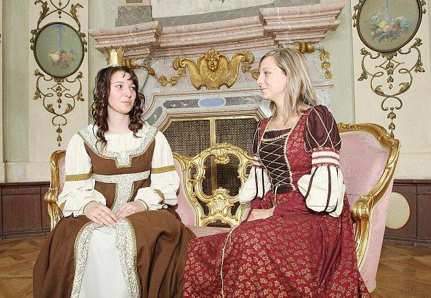 Zajímavé prohlídky s divadelními scénkami a soutěžemi připravují pro návštěvníky například na Státním zámku Ploskovice.