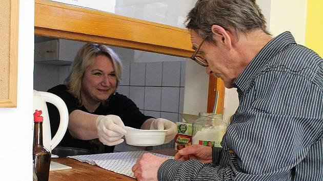Možnosti ohřát se na chvíli v jídelně ubytovny lovosické pobočky Naděje a přitom se nasytit teplým jídlem v nízkoprahovém denním centru využívá každý den až dvacet lidí bez domova.