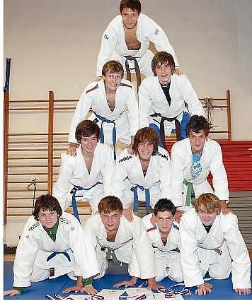 AKROBATÉ. Družstvo dorostenců Sport Judo Litoměřice si po úspěchu ve finále ligy dovolilo i takovýto akrobatický kousek.