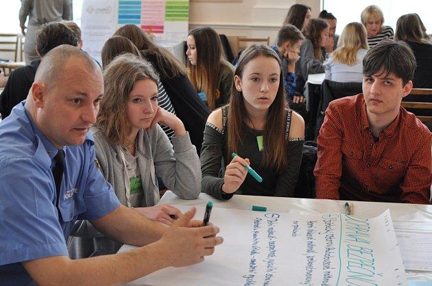 Diskusní fórum proběhlo za účasti pěti desítek zástupců litoměřických škol vsále ZŠ Boženy Němcové.