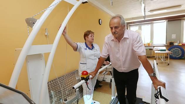 NOVÝ DYNAMICKÝ CHODNÍK si přišel vyzkoušet starosta Litoměřic, které nemocnici zřizují, Ladislav Chlupáč.
