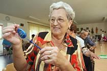 OSOBNÍ ALARMY by měly v Lovosicích přispět k většímu bezpečí zdejších seniorů. Na bezbranné důchodkyně se v posledních týdnech zaměřil dosud neznámý zloděj, který přepadl jednu ženu v okolí prodejny Lidl a druhou přímo před Domem s pečovatelskou službou.