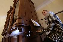 Vánoční koncert v Solanech na Lovosicku rozezvučel v neděli po padesáti letech opravené varhany. Dětský pěvecký sbor Granátek a Třebívlický smíšený pěvecký sbor dokázal naplnit kostel sv. Martina do posledního místečka. Příchozí se mohli zahřát svařeným v