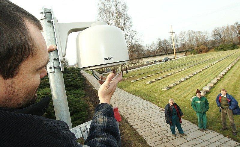 Na Národním hřbitově v Terezíně byly nainstalovány kamery.