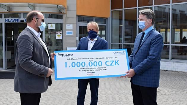Firma Glanzstoff věnovala litoměřické nemocnici milion korun na boj s koronavirem.