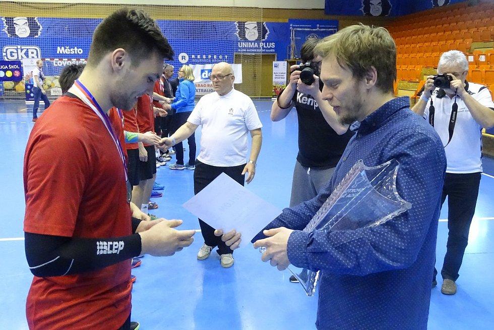 Jiří Motl předává pohár kapitánovi vítězného týmu z Rožnova
